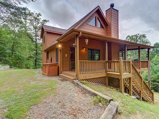 Dog-friendly cabin w/fireplace, private hot tub & decks - near shops & dining