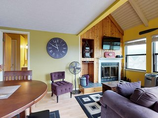 NEW LISTING! Cozy condo w/amazing lake view in great location & dog friendly!