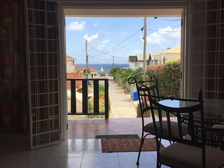 1 bedroom apt 5 mins walk to beach - sea view!