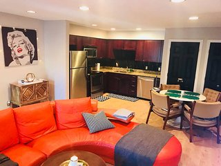 OAK LAWN NIGHTLIFE: 2bd/2ba Pool/Grill/Parking