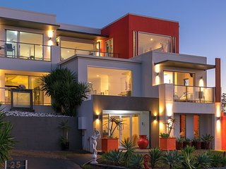 Ultimate Beach House - Spectacular views, close to restaurants, Marina, Lagoon