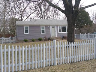 Cozy, Centrally Located East Greenwich Cottage