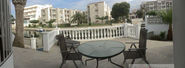 Nice terrace in front of the canal, with nice views to the boats, you can have good meals together.