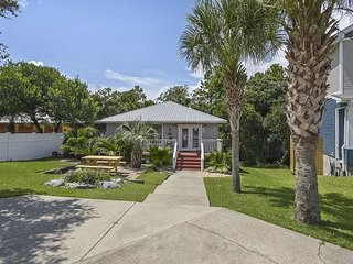 Cozy Cottage a few blocks from the beach/ FREE ACTIVITIES AT A $126 VALUE!