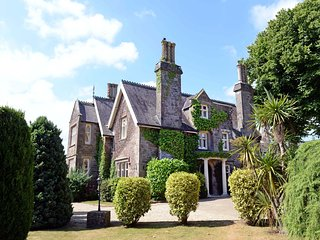 Sea Views, Beautiful Grounds and Wood Burner - Grade ll Listed Manor House