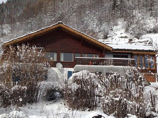 Welcoming double chalet for 8 or 4/5 people with stunning view in authentic town