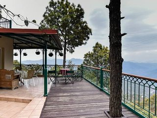 5 Divine Woods - 4BR Villa in Kasauli Hills with Cook, open-deck, BBQ, Fireplace