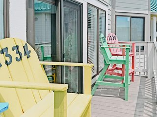 NEW LISTING! Resort condo w/beach access, shared pool/hot tub in great location