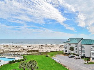 NEW LISTING! Beachfront condo w/balcony, views & shared pools, hot tub, tennis