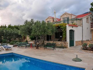 Comfortable and spacious house Bol, Brac (K-14991)