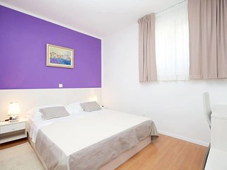 Split Apartment Sleeps 6 with Air Con - 5623818