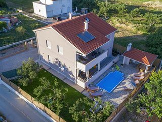 Comfortable and spacious house Kastel Stari, Kastela (K-15531)