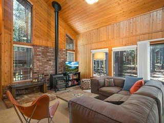 Cozy 2 bedroom cabin with wood stove and large deck - zHoomis Outpost at Tahoe