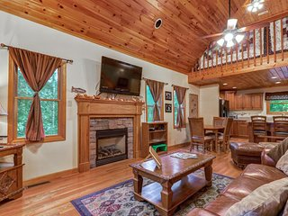 NEW LISTING! Woodsy cabin near Smokys - golf, shared pool & fitness center