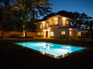Luxurious house with 5.000 m2 garden. Private pool and barbecue.