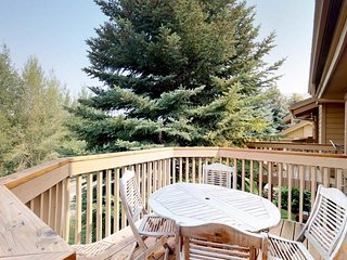 Spacious, rustic condo w/ shared pool & hot tub -  Ski-in/ski-out to the lifts