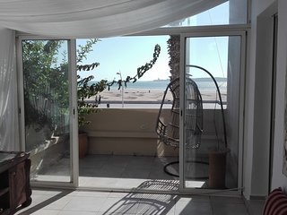 Beautiful apartment with wintergarden and balcony all with great ocean view!