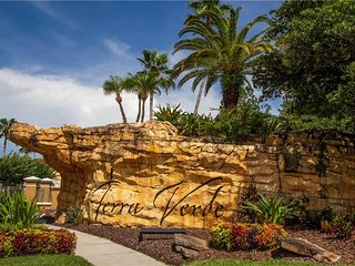 GATED RESORT Heated Pool/Jacuzzi, TIKI Bar, GYM, 4 BR with private pool, WiFi