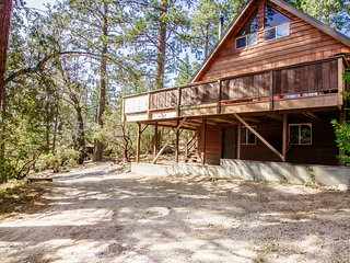 Bear's Den Spacious Modern Cabin with a Large Private Deck