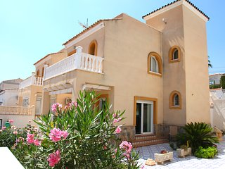 Villamartin Detached Villa, Gas C.Heating, Free WiFi & Air Con. Few mins Beach