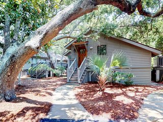 NEW LISTING! Charming cottage w/ big deck - close to the beach, golfing & tennis