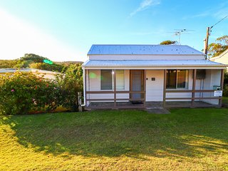 Catho Cottage - renovated miners cottage only minutes to walk to beach
