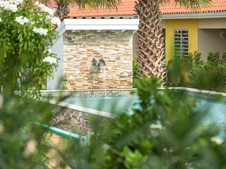 Brand New, Tropical Garden, Central Apartment *****