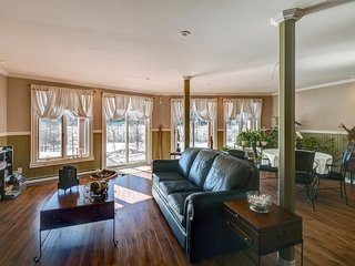 Stunning Lakefront Home, Private Hot Tub | Great for Golfers and Skiers / 299577