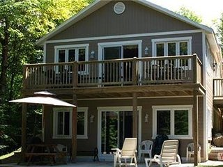 Lovely Property on Lac Carre | Surrounded by Beautiful Mature Trees / 225831