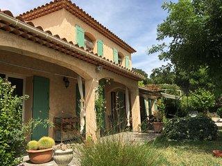 Maison provençale dans village historique