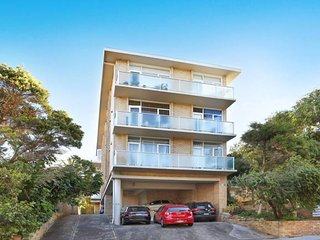 Arty beach home in Bondi with parking