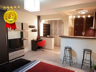 STUDIO D - CENTRAL - COMFY - WiFi - FREE PARKING - STEPS AWAY FROM METRO