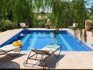 Riad fleuri tout equipe, piscine privee, tres calme, sans vis a vis. 7 couchages