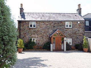 Priory Cottage - Luxury Cottage, Short Walk to Beach, Private Terrace and Garden
