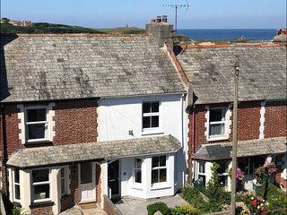 Driftwood Cottage, sea views, town centre