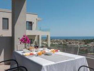 Dempla Heights Villas - Villa Leya with Sea Views, alquiler vacacional en Tavronitis