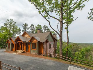 Luxurious 4BR/4BA Mountain Getaway, 10 Minutes from Town, a Relaxing Escape!