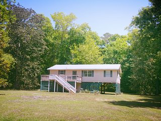Private Edisto Escape Getaway 5 mins from Beach - Sleeps 6, 3 BD, Cable, WiFi