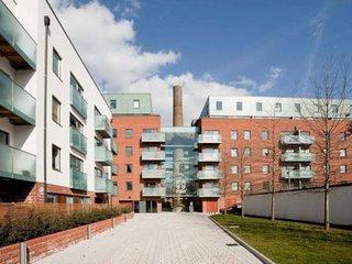 Bright 2BR Apartment w/Balcony in North London