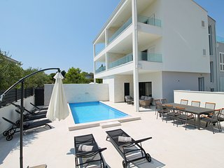 NEW!! VILLA PETRA private heated pool,sauna, 5 en-suite bedrooms, 50m from sea
