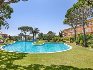 2 bedroom Apartment with Pool, WiFi and Walk to Beach & Shops - 5223614