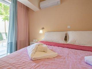 Cozy flat next to Venetian port, steps to Beach