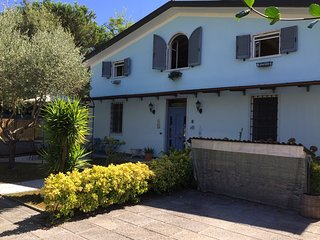 Semi-detached villa, with garden, BBQ, gazebo at 300m from the beach.