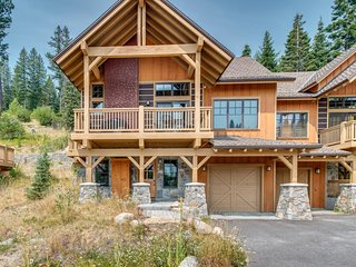 NEW LISTING! Ski-in/Ski-out cabin w/firepit, shared pool/hot tub & views
