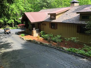 LAKE TOXAWAY ESTATES-GOLF CART PADDLEBOARDS INCLUDED-PET FRIENDLY