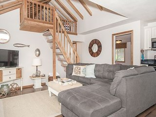 Modern Cottage Close to Beach with Hot Tub, Fire Pit in Central Lincoln City