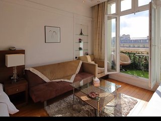 Paris Holiday Apartment 10927