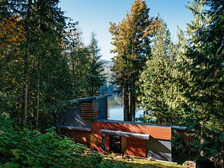 Mt. Baker Lodging Cabin #83 – HOT TUB, LAKESIDE, DOCK, BBQ, W/D, D/W, SLEEPS-4!