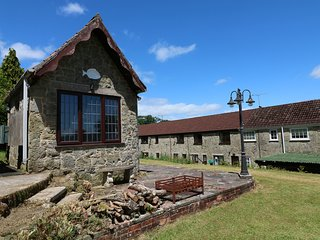 2 CASTLE ORCHARD, exposed stone and countryside views, near Mere