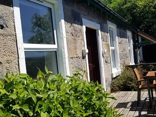 AWE VIEW RAILWAY COTTAGE, stunning loch views, near Taynuilt